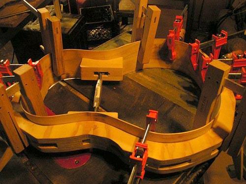 Сгибание корпуса гитары