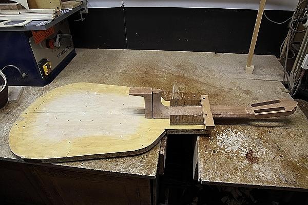 Обработанная пятка грифа с запилами для обечаек