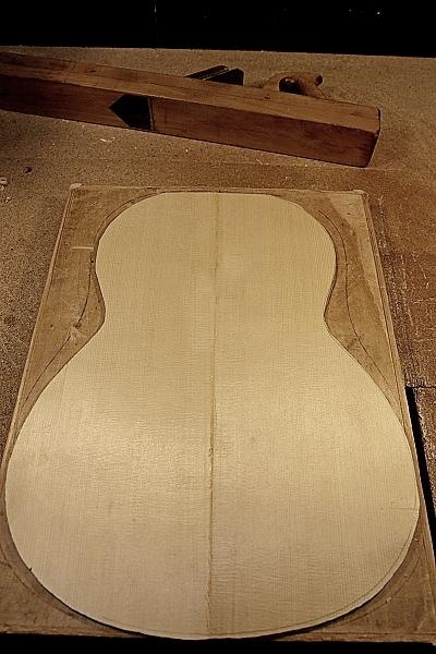 Выпиливание склеенной верхней деки по контуру гитары