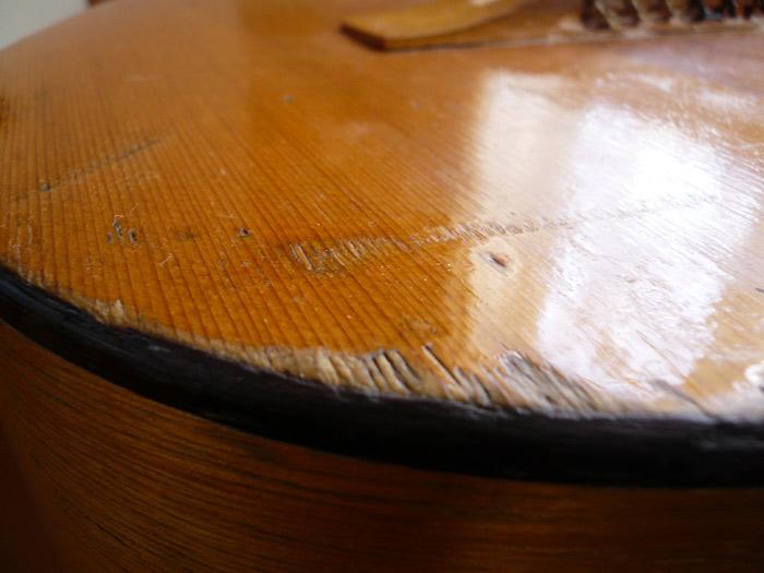 Сколы и отсутствие лака на деке гитары